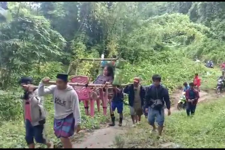 Ibu hamil di Desa Lenggo, Kecamatan Bulo, Polewali Mandar, Sulawesi Barat, terpaksa ditandu ke Puskesmas karena jalan di desanya tidak bisa dilalui kendaraan roda empat.