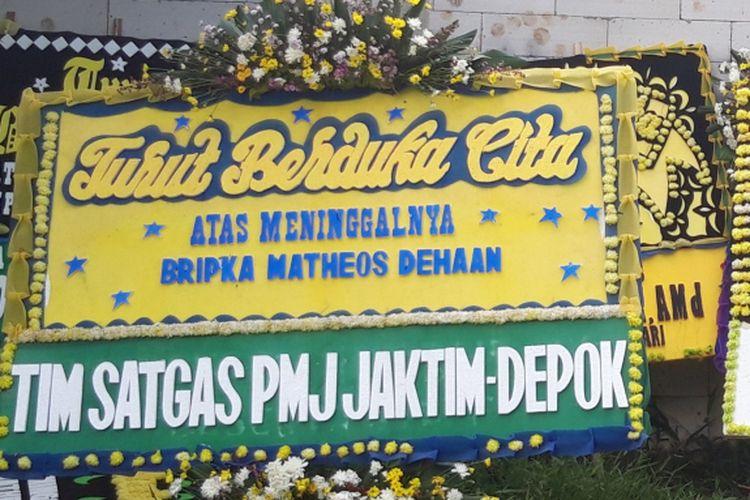 Karangan bunga di depan rumah Bripka Matheus, Jalan Masjid, Desa Ragajaya, Kabupaten Bogor, Rabu (2/1/2019). Bripka Matheus ditemukan tewas dengan luka tembak di TPU Pancoran Mas, Depok