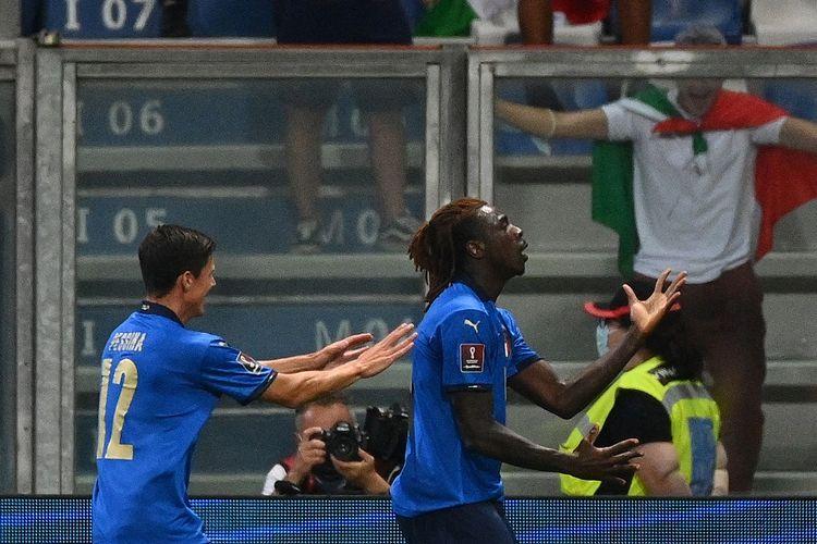 Striker Italia Moise Kean (kanan) berselebrasi setelah mencetak gol pertama pada laga Grup C Kualifikasi Piala Dunia 2022 Zona Eropa saat melawan Lithuania, Kamis (9/9/2021) dini hari WIB.