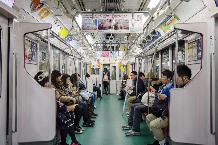 Suasana di dalam sebuah kereta di Jepang.