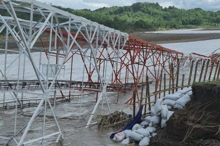Sebuah tower BTS roboh ke sungai di  Desa Pengarasan, Kecamatan Bantarkawung, Brebes, Jawa Tengah, roboh Rabu (16/12/2020) sore (Istimewa)