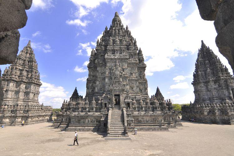 Candi Prambanan dengan tinggi bangunan utama 47 meter.
