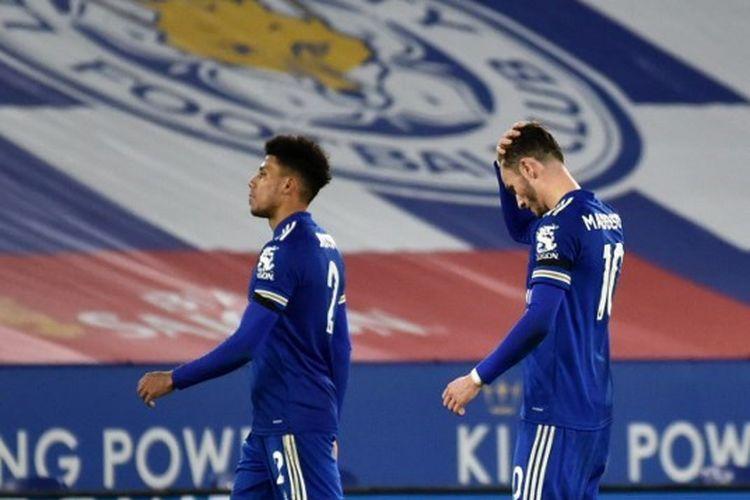 Pemain Leicester City, James Justin dan James Maddison, meninggalkan lapangan usai laga Liga Inggris kontra Fulham pada Selasa (1/12/2020) dini hari WIB.
