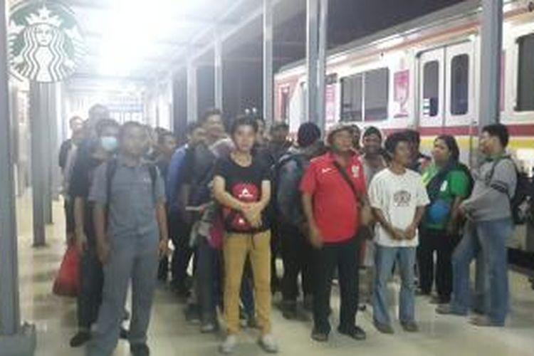 Puluhan penumpang tujuan Bogor, Jawa Barat, masih terlantar di Stasiun Manggarai, Jakarta, Senin (15/6/2015) dini hari