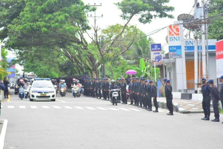 Anggota Brimob Polda Maluku memberikan penghormatan terakhir saat mobil Ambulans yang membawa jasad Iptu LT ke lokasi pemakaman melintas di kawasan itu, Minggu sore (4/4/2021)