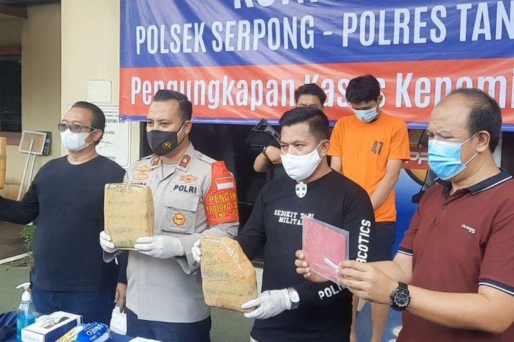 Aparat Polsek Serpong menunjukan barang bukti narkoba jenis ganja dari hasil penangkapan pengedar berinisial MUA, Rabu (14/3/2021) di Mapolsek Serpong, Tangerang Selatan.