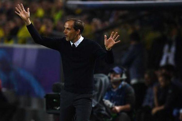 Ekspresi pelatih Borussia Dortmund, Thomas Tuchel, saat memimpin pasukannya meladeni Real Madrid dalam laga Liga Champions di Signal Iduna Park, Selasa (27/9/2016).