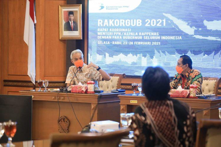 Gubernur Jawa Tengah (Jateng) Ganjar Pranowo saat mengusulkan program prioritas pada Menteri Perencanaan Pembangunan Nasional/Kepala Bappenas Suharso Monoarfa dalam rapat koordinasi (rakoor) usulan program prioritas nasional, Rabu (24/2/2021).
