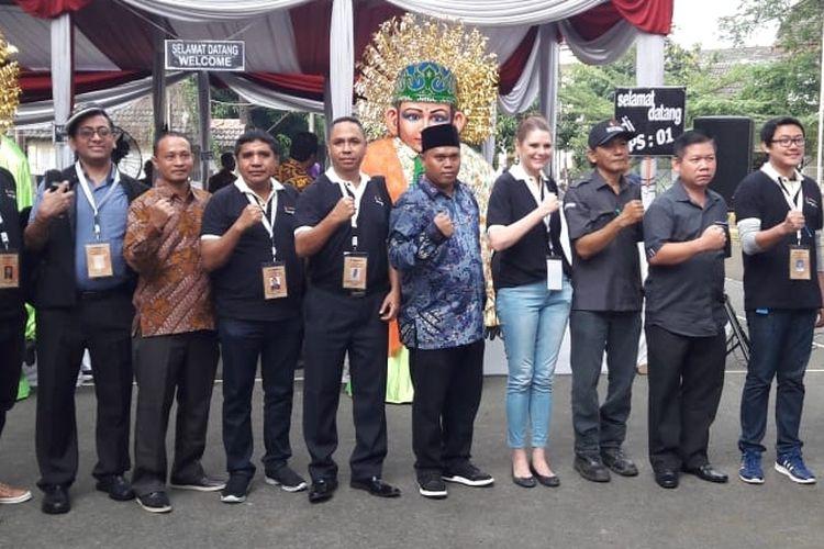 Para perwakilan warga negara asing foto bersama petugas di TPS 01, Kecamatan Bekasi Selatan, Kota Bekasi Rabu (27/06/2018).