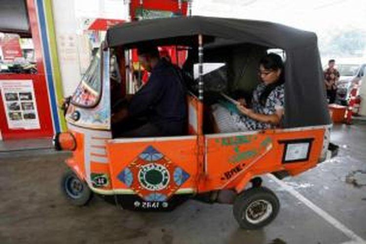 Bajaj mengisi bahan bakar minyak (BBM) bersubsidi jenis Premium di Stasiun Pengisian Bahan Bakar untuk Umum (SPBU) 31.103.03 di kawasan Cikini, Jakarta Pusat, beberapa waktu lalu.