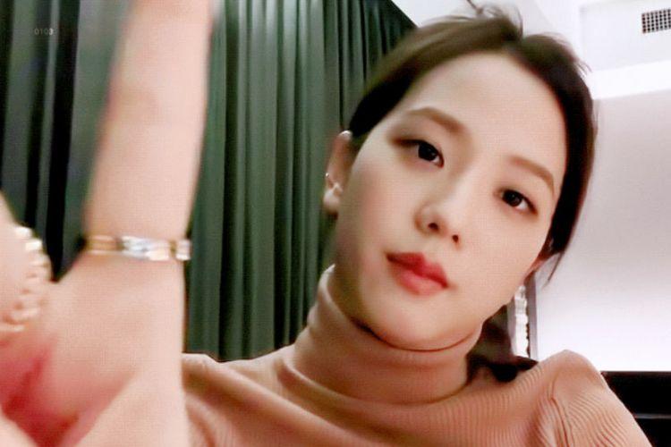 Tangkapan layar Jisoo saat V Live. Terlihat, mengenakan cincin Cartier hadiah dari Jennie BLACKPINK