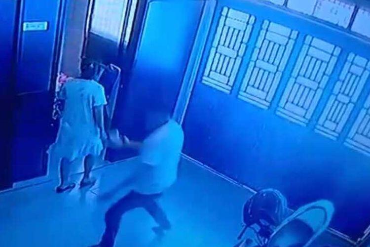 Tangkapan layar rakaman video CCTV memperlihatkan FA (42), warga Desa Baru, Kecamatan Batang Kuis, Deli Serdang menganiaya istrinya di depan anaknya. Terlihat, sang anak berlari ketakutan dikejar ayahnya yang memegang sesuatu menyerupai sepatu di tangan sebelah kanannya.