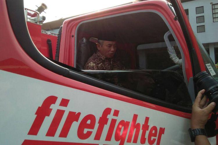Wali Kota Bekasi, Rahmat Effendi mencoba unit mobil baru Dinas Pemadam Kebakaran Kota Bekasi berkapasitas 3000 liter, di Pemkot Bekasi, Senin (5/6/2017).