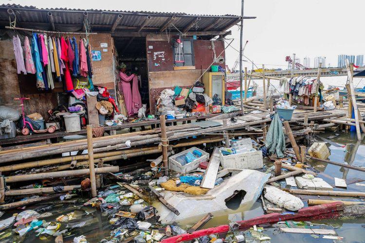 Warga beraktivitas di permukiman kumuh kampung nelayan Muara Baru, Penjaringan, Jakarta Utara, Sabtu (20/1/2018).