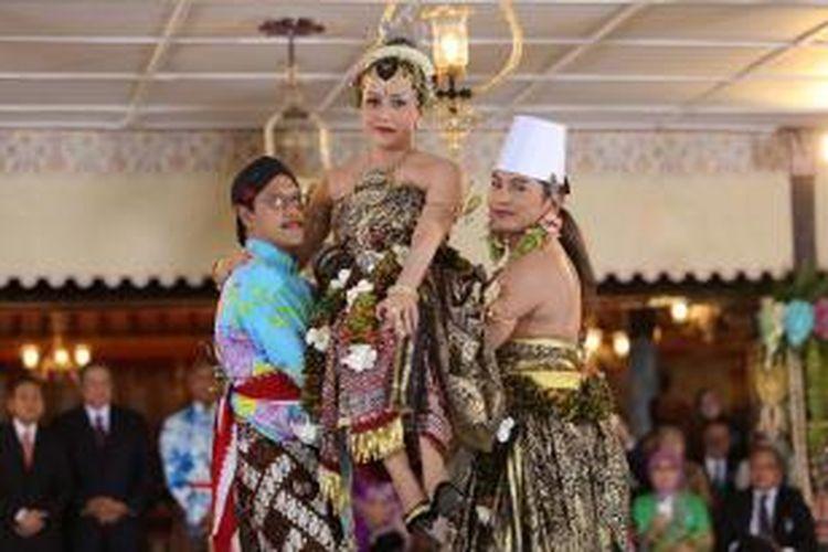 GKR Hayu melaksanakan upacara pondhongan, yakni dia dibopong oleh pamannya, GBPH Suryodiningrat (kiri), dan suaminya KPH Notonegoro dalam acara panggih di Keraton Yogyakarta, Selasa (22/10/2013). AFP PHOTO / LALA
