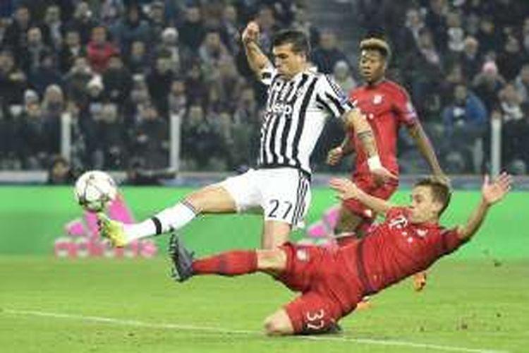 Gelandang Juventus, Stefano Sturaro (kiri), mencetak gol penyeimbang timnya ke gawang Bayern Muenchen, pada laga leg pertama babak 16 besar Liga Champions di Stadion Juventus, Selasa (23/2/2016) atau Rabu dini hari WIB.