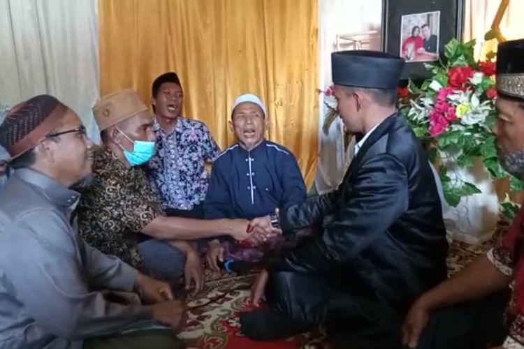 Safii (menggunakan masker) harus minta izin lapas dan keluar penjara untuk menjadi wali nikah anaknya di Kabupaten Bungo, Jambi pada Minggu (24/1/2021).