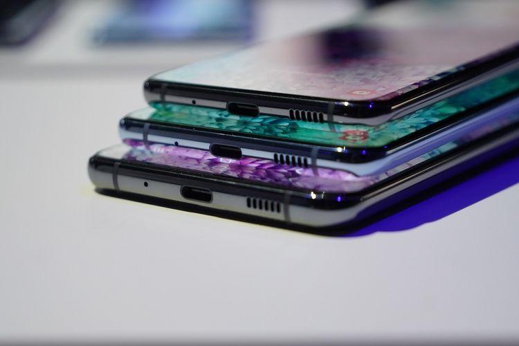 Ketiga lini Galaxy S20 series memiliki port USB C di bagian bawah.