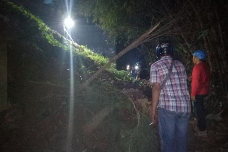 Bencana tanah longsor terjadi di Kampung Kademangan RT 04/03, Kelurahan Keranggan, Kecamatan Setu, Tangerang Selatan, Senin (2/12/2019).  Diduga, peristiwa tersebut terjadi karena kontruksi turap yang menopang tanah tidak kuat.