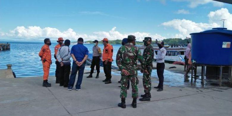 Petugas TNI Polri mengawasi pelabuhan Tobing di Kabupaten Banggai Laut, Sulawesi Tengah, menyusul kebijakan kabupaten Banggai Laut melarang transportasi laut dari daerah lain yang telah terpapar virus corona (7 Mei 2020)
