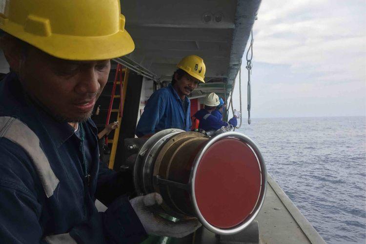 USBL transponder  diturunkan ke dalam laut guna mencari Cocpit Voice Recorder (CVR) Lion Air JT 610, Sabtu (3/11/2018).