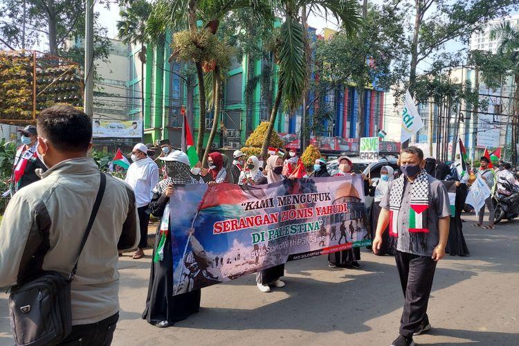 Suasana aksi peduli Palestina yang dilakukan warga Kota Tangerang, Kamis (20/5/2021). Aksi tersebut dilakukan dengan cara long march sepanjang kurang lebih enak kilometer dari Jalan Jenderal Sudirman, Kecamatan Tangerang, sampai Pertigaan Gondrong, Kecamatan Cipondoh.