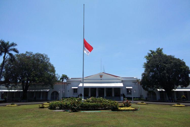 Bendera setengah tiang terpasang di rumah dinas Gubernur Jabar Ridwan Kamil, Kamis (12/9/2019). Bendera setengah tiang dipasang sebagai bentuk penghormatan atas meninggalnya Presiden ke-3 RI BJ Habibie.