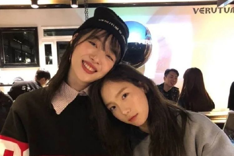 Dua artis Korea Selatan Sulli (kiri) dan Taeyeon.