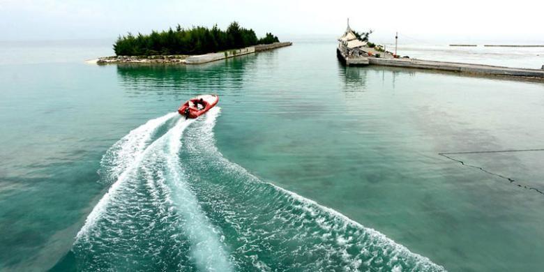 Perahu yang disewakan untuk wisatawan melintas di kawasan pantai Pulau Tidung, Kabupaten Kepulauan Seribu, DKI Jakarta, Kamis (9/6/2016). Sektor pariwisata di Kepulauan Seribu terus berkembang dan menghadirkan mata pencarian bagi warga kepulauan tersebut.