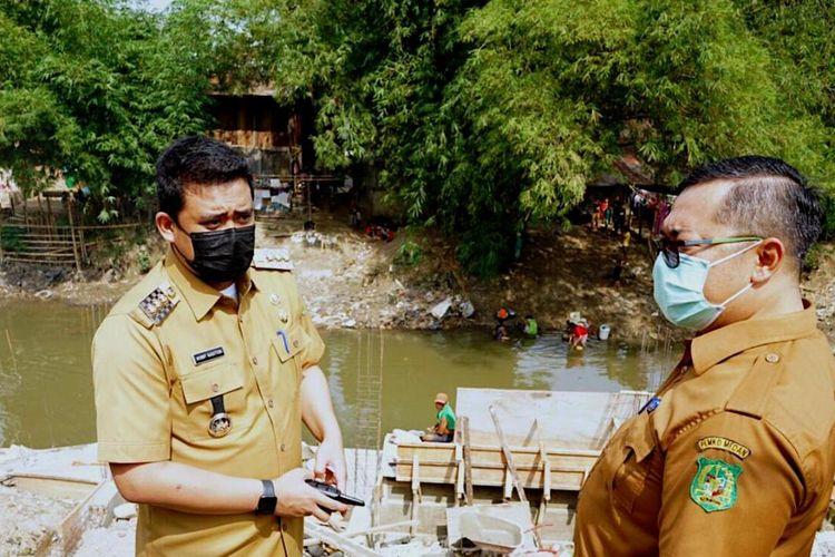 Wali Kota Medan Bobby Nasution saat meninjau aliran Sungai Deli karena mendapat informasi dari masyarakat bahwa sungai menjadi tempat pembuangan sampah dan ada pembangunan bronjong yang mengakibatkan penyempitan sungai