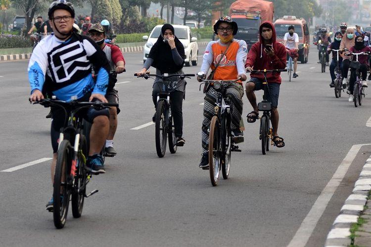 Ilustrasi orang bersepeda.