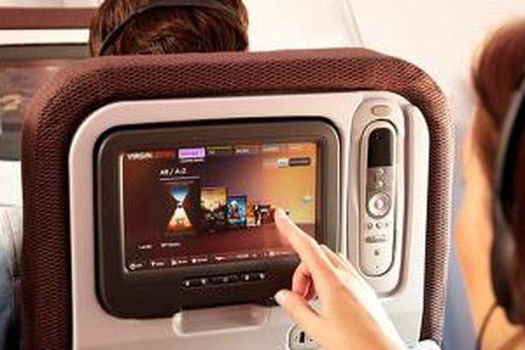 Sistem IFE (in-flight entertainment) pesawat yang ada di setiap kursi maskapai yang menyediakannya.