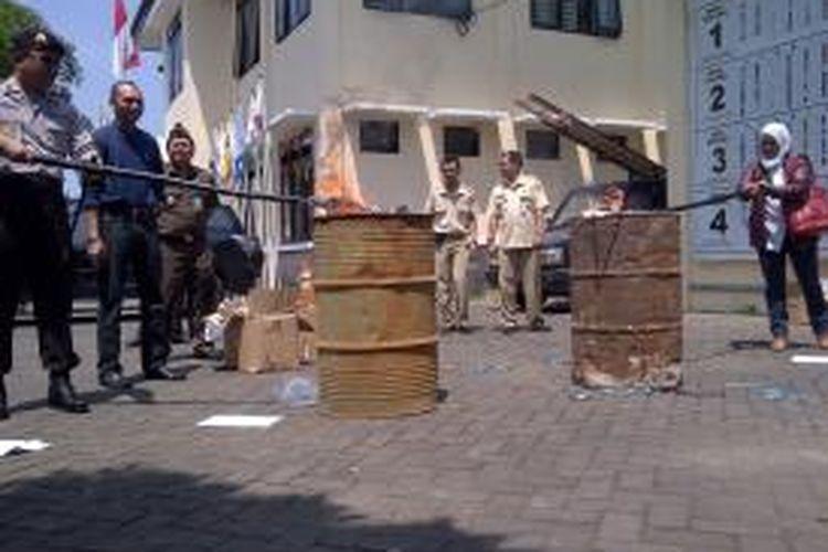 Pemusnahan Surat Suara Rusak Pilgub Jatim di depan kantor KPU Kabupaten Malang, Rabu (28/8/2013).