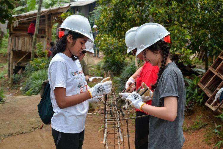 Siswa JIS bersama para pendamping, termasuk Head of School JIS Dr. Tarek Razik memberikan bantuan pada Habitat of Humanity sekaligus mempelajari kehidupan di pedesaan di kawasan Sentul, Bogor, Jawa Barat