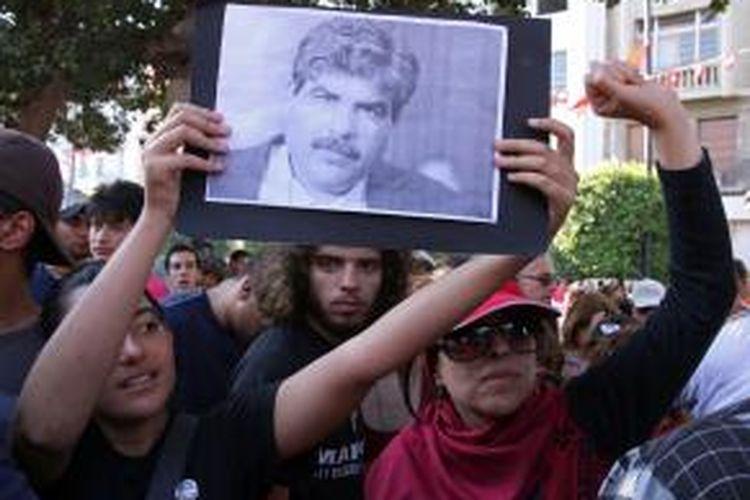 Warga Tunisia melakukan aksi unjuk rasa dan mogok massal untuk memprotes pembunuhan tokoh oposisi Mohamed Brahmi yang tewas ditembak di depan rumahnya.