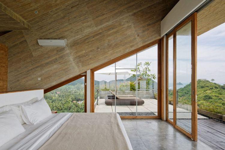 Jendela kamar tidur dan kamar mandi didesain berukuran besar untuk memberi akses masuknya cahaya matahari.