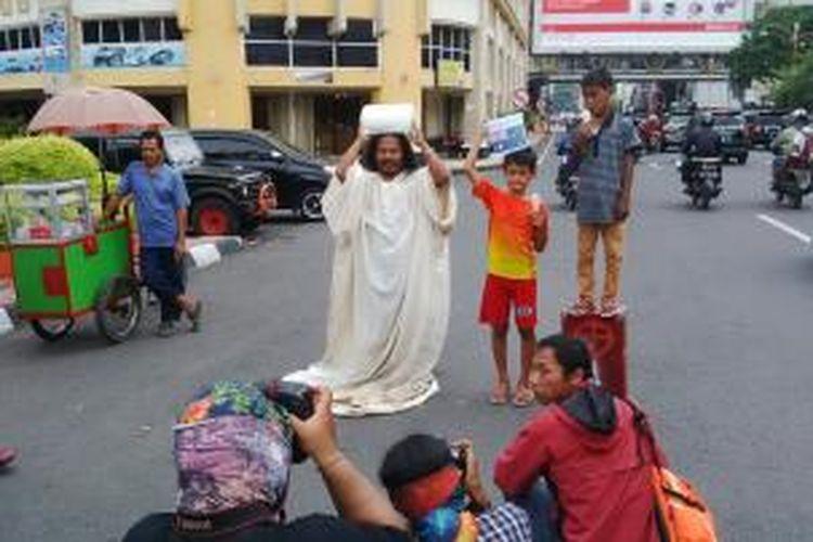 Aksi teatrikal seniman Surabaya, memprotes pernyataan perdana menteri Australia.