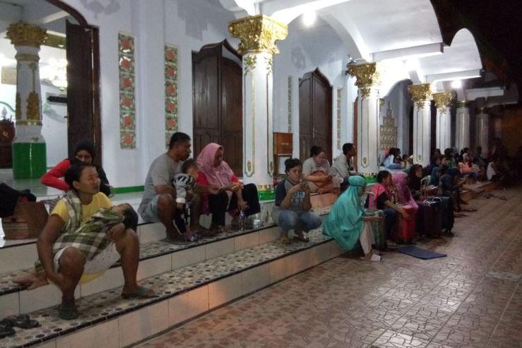 Warga menunggu di depan rumah ibadah pasca-Ambon diguncang gempa sebanyak 5 kali, Selasa (31/10/2017) malam.