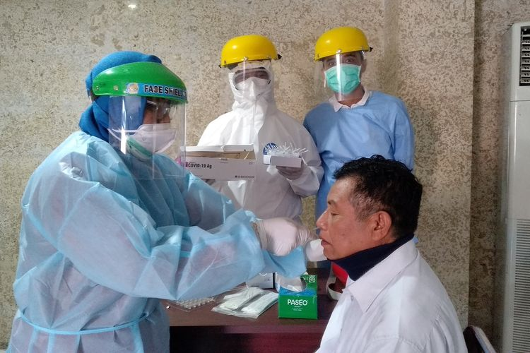 Petugas kesehatan mengambil sampel swab pegawai Kantor Gubernur NTB, Rabu (9/9/2020).