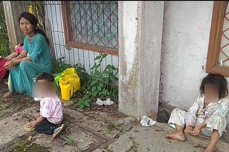 Imas Yani (30) warga Kampung Cikanyere RT 03/04, Desa Cieundeur, Kecamatan Warungkondang, Kabupaten Cianjur. Imas membawa empat bocah, tiga di antaranya balita saat menjemput dua keresek sembako dengan jalan kaki 2 jam.