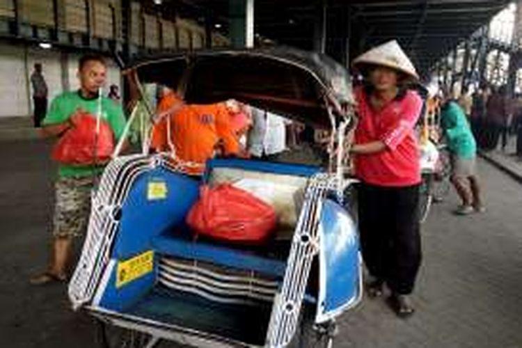Jumiran warga Tejokusaman Kota Yogyakarta saat membawa paket sembako dari Presiden Joko Widodo dengan becaknya