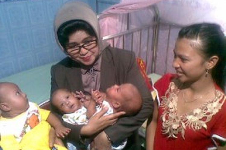 Bayi kembar siam Rahma Maulida dan Nurul Maulida, putri pasangan Yuda Winarno (22) dan Sika Jayati (22) asal Banyuwangi, sedang digendong Nina Soekarwo, istri Gubernur Jawa Timur Soekarwo di RS dr Soetomo, Surabaya, Jawa Timur.