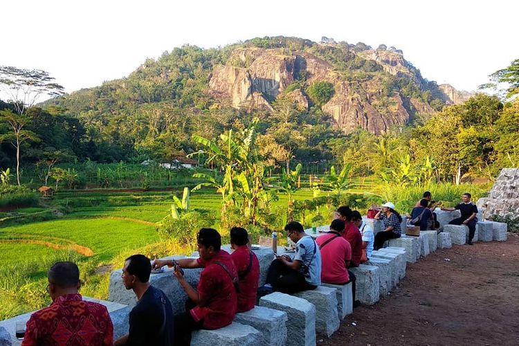 Pengunjung bersantai di Pawon Purba
