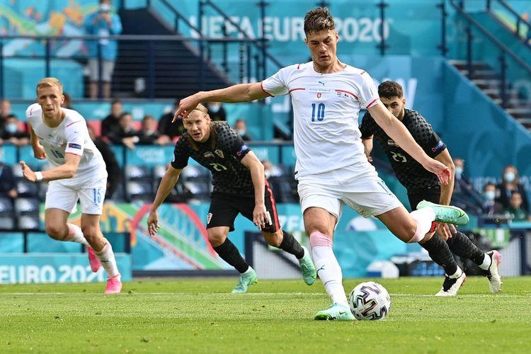 Patrik Schick mencetak gol dari titik putih dalam pertandingan Grup D Euro 2020 Kroasia vs Ceko di Hampden Park, Glasgow, Skotlandia, Jumat (18/6/2021) malam WIB.