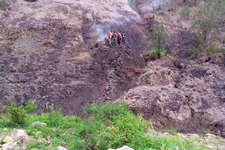 Bara api yang muncul dari tanah di Desa Sebot, Kecamatan Molo Utara, Kabupaten Timor Tengah Selatan (TTS), Provinsi Nusa Tenggara Timur