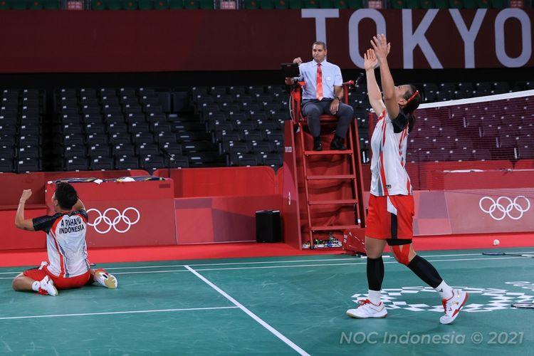 Greysia Polii/Apriyani Rahayu melakukan selebrasi usai mengalahkan wakil China, Du Yue/Li Yin Hui, pada pertandingan perempat final ganda putri Olimpiade Tokyo 2020 di Musashino Forest Sport Plaza, Kamis (29/7/2021).