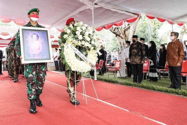 Suasana prosesi pemakaman ibu mertua Presiden keenam RI Susilo Bambang Yudhoyono (SBY) Sunarti Sri Hadiyah Sarwo Edhie Wibowo di Purworejo, Jawa Tengah, Selasa (21/9/2021).