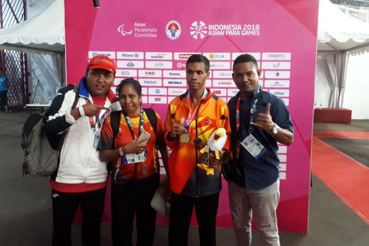 Freitas Teofilo (dua dari kanan), menjadi atlet Timor Leste pertama yang meraih emas di Asian Para Games.