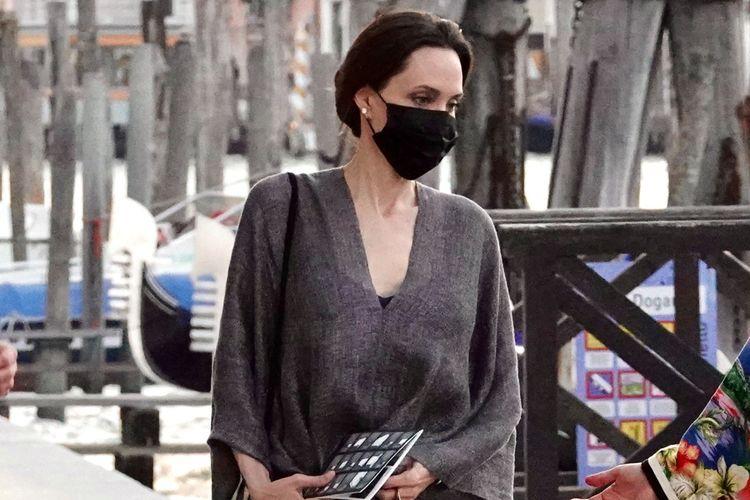 Aktris Angelina Jolie dalam kunjungannya ke Venice, Italia.