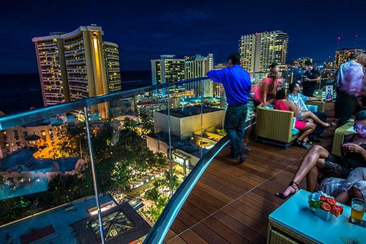 Restoran fine dining SKY Waikiki dengan pemadangan Pantai Waikiki.